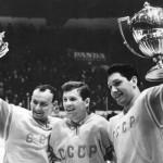 Тренер по хоккею Константин Локтев (в центре)